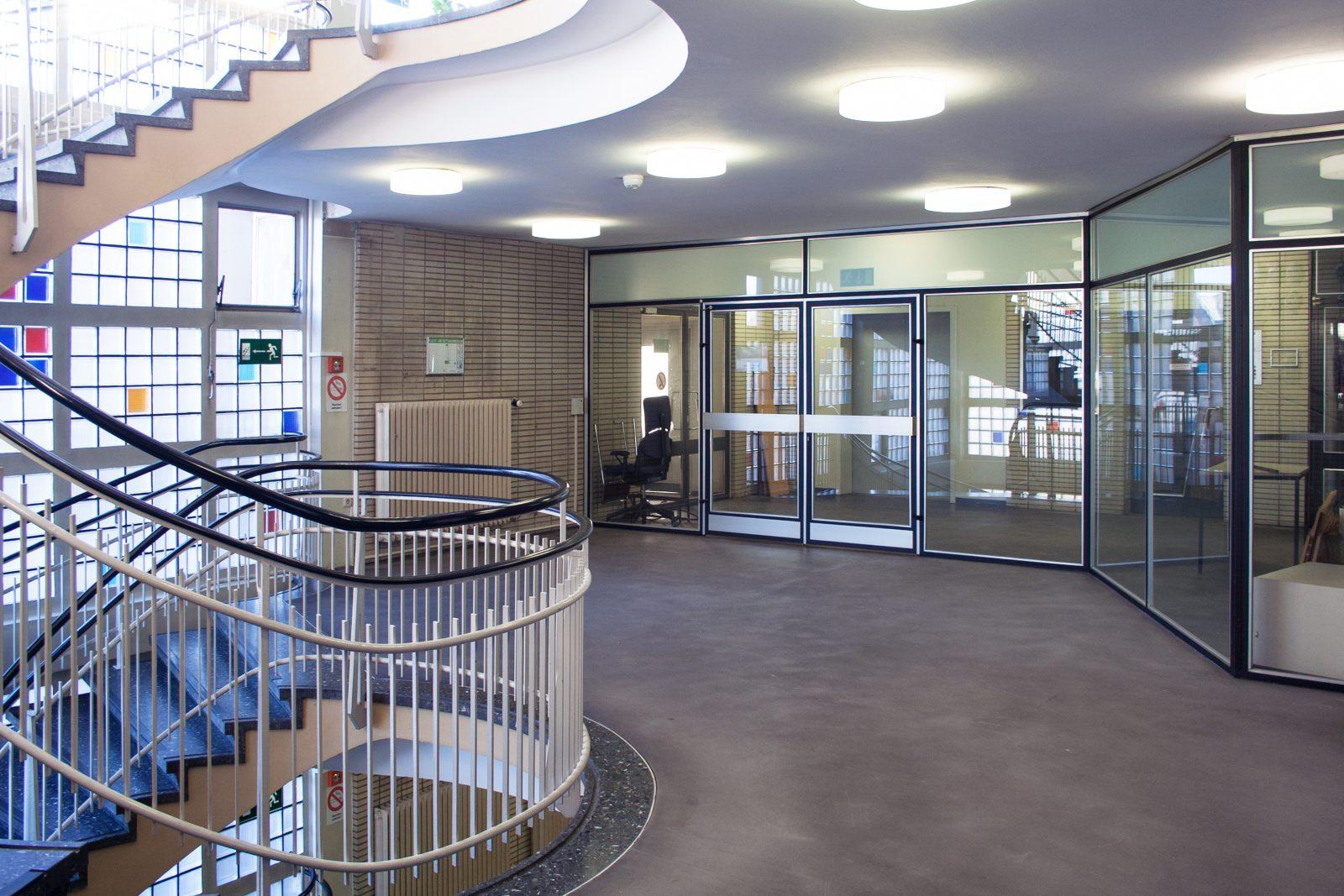 Blick in den Innenraum des Gesundheitsamts in Dortmund Foyer Glas