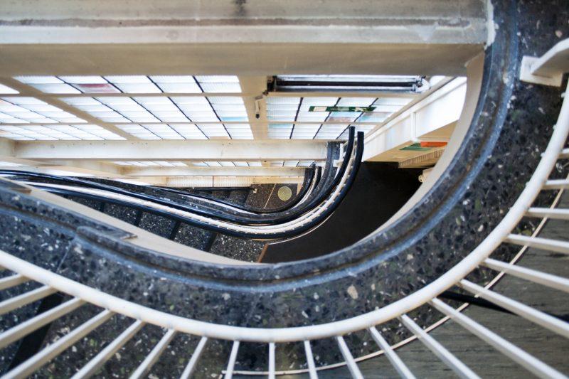 Treppenhaus hinab im Gesundheitsamt in Dortmund