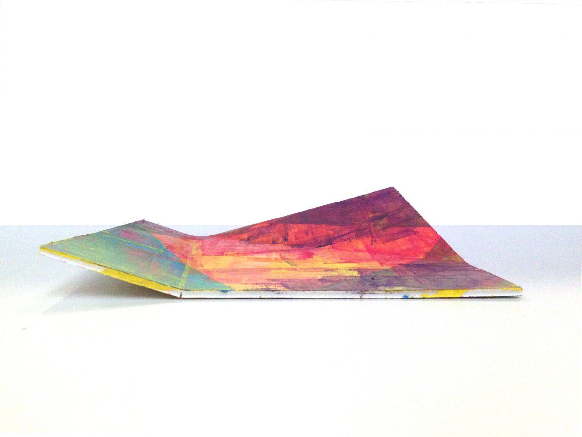 gefaltete Pappe mit bunten Farben durch Spachteltechnik